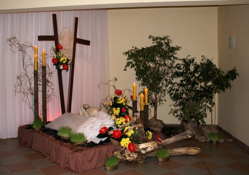 Wielki Piątek - okres upamiętniający śmierć Jezusa Chrystusa na krzyżu i jego zmartwychwstanie. Jednocześnie, jest to drugi dzień Triduum Paschalnego. **** Boży Grób #BożyGrób #Wielkanoc #WielkiPiątek