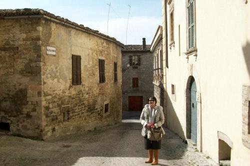 Włochy,Cingoli,wśród śreniowiecznych uliczek.