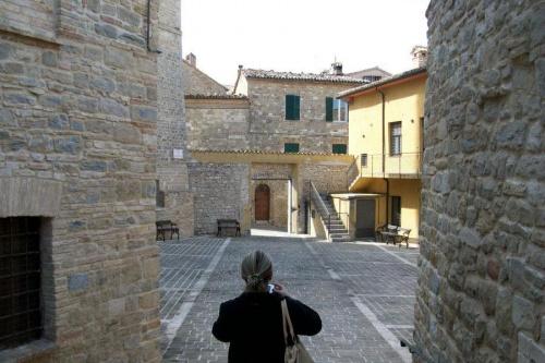 Widok na średniowiecze w Cingoli,w Włoszech.