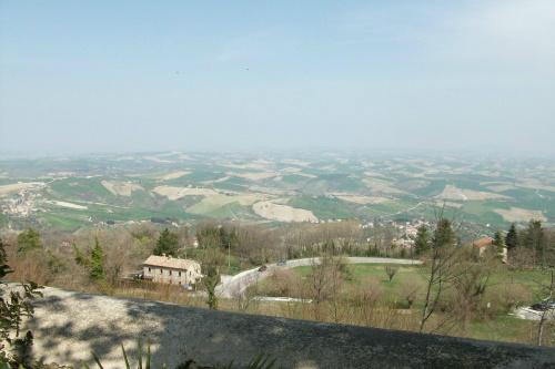 Widok z Cingoli na dolinę.
