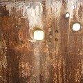 Płyta pancerna z otworem strzelniczym i przestrzelinami #bunkier #Gościeradów