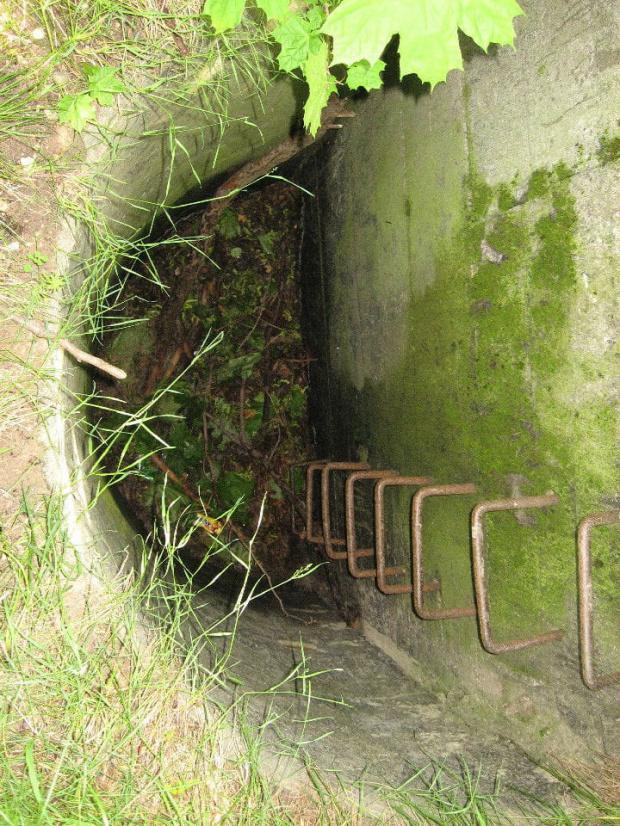 Studzienka przy bocznej ścianie, podobno prowadziła do krytej transzei #bunkier #Gościeradów