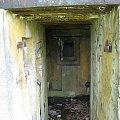 Wejście, widoczne resztki zawiasów a na wprost otwór strzelniczy do obrony wejścia #bunkier #Gościeradów
