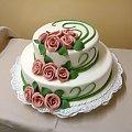Torcik z różowymi rózami i zielonymi dodatkami #wesele #TortWeselny #TortyWeselne #róże #RózowyKolor