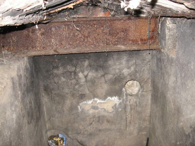 Wnętrze bunkra, pomieszczenie pod podłogą, tuż przy wejściu #bunkier #TwierdzaKraków