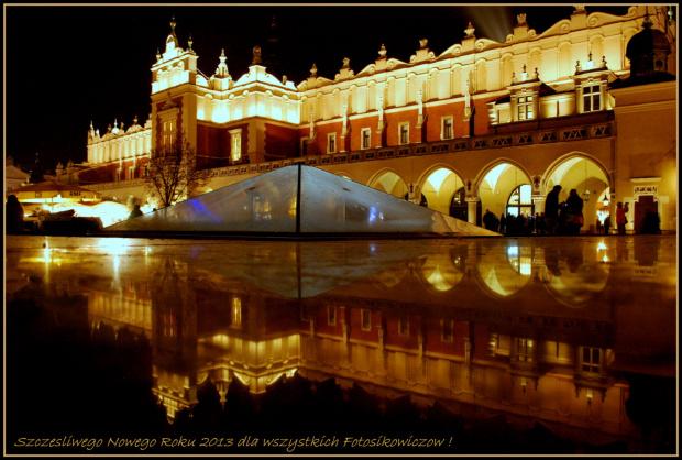Noworoczne życzenia przesyłam z Krakowa dla wszystkich Fotosikowiczów :) Tak wygląda Rynek w przeddzień zabawy sylwestrowej :)