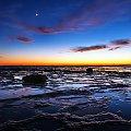 Sekundy przed wschodem slonca, ksiezyc wciaz widoczny #chmury #gory #ocean #poranek #przyroda #woda #WschódSłońca