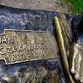 W Parku Andersa w Szczecinie jest pomnik, na podróżnym kufrze siedzi prof. Jan Czekanowski (wybitny afrykanista) ubrany w strój odkrywców Afryki z XIX wieku; a obok przysiadła sobie Dominika :)) #lato #park #pomnik #Szczecin