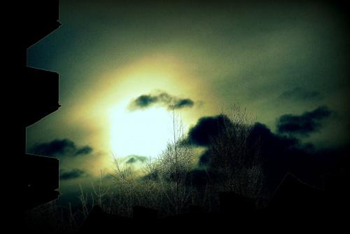 Lutowe słońce patrząc w słońce