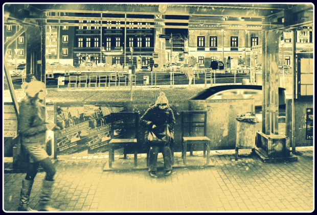 Krzesła na Placu Bohaterów Getta