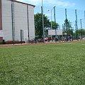Sztuczna trawa lśni w słońcu #PttkRajdOsiek