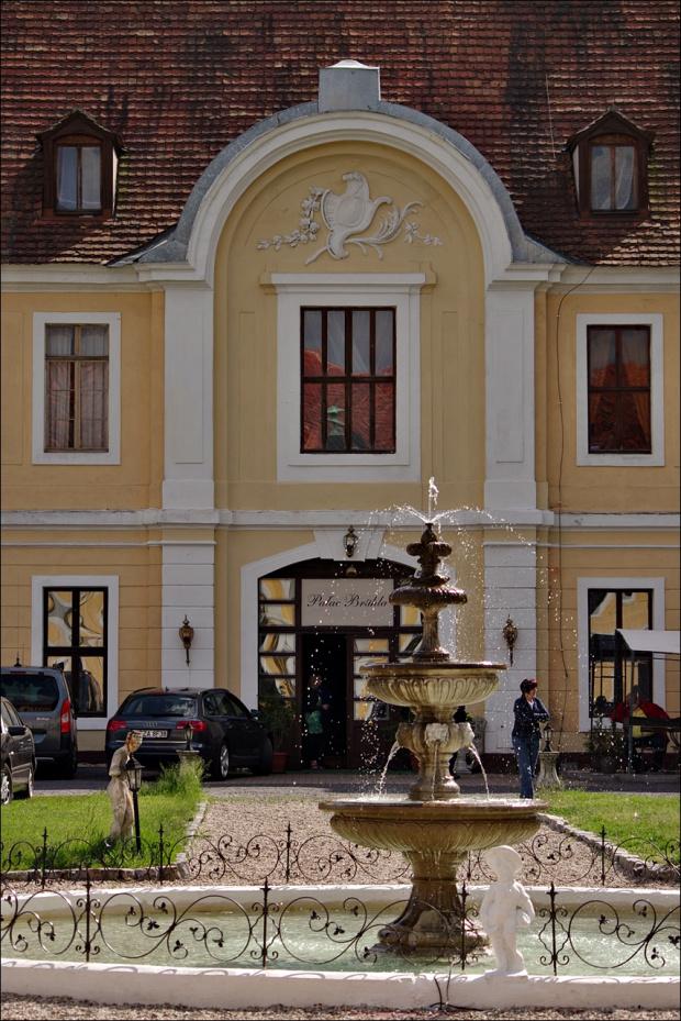 Główną atrakcją miejscowości Brody są potężne ruiny pałacu Brühla, ale po obu stronach dziedzińca znajdują się oficyny, w których mieści się hotel i restauracja. To fragment jednej z nich. #Brody #hotel #oficyny