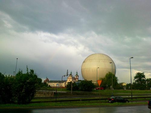 Burzowe niebo, a pod nim Skałka i balon widokowy nad Wisłą