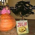 Dominika z Julią, konkursową dynią p.Antoniego ... #Dominika #dynia #konkurs #owoce #warzywa
